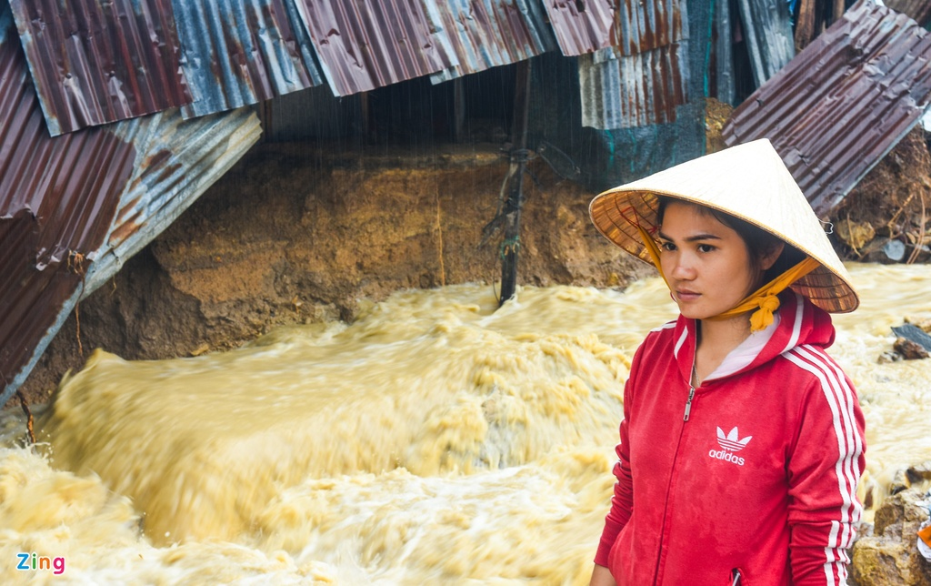 Sau vu lo nui, dan Nha Trang do xo lam ke quanh nha tranh nuoc xiet hinh anh 11