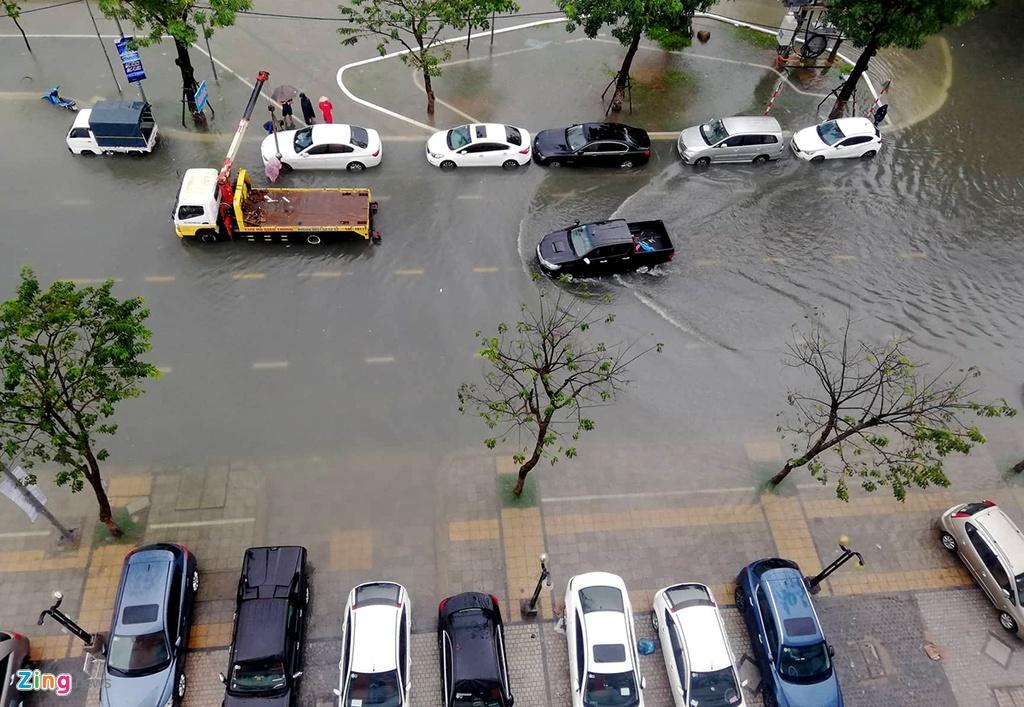 Toyota, Mercedes trôi dạt trên đường ngập nước ở Đà Nẵng – Đời sống