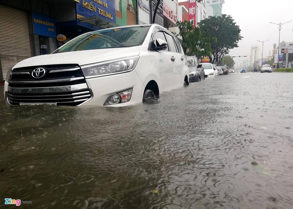 Ôtô trôi dạt giữa biển nước trên đường phố Đà Nẵng – Đời sống