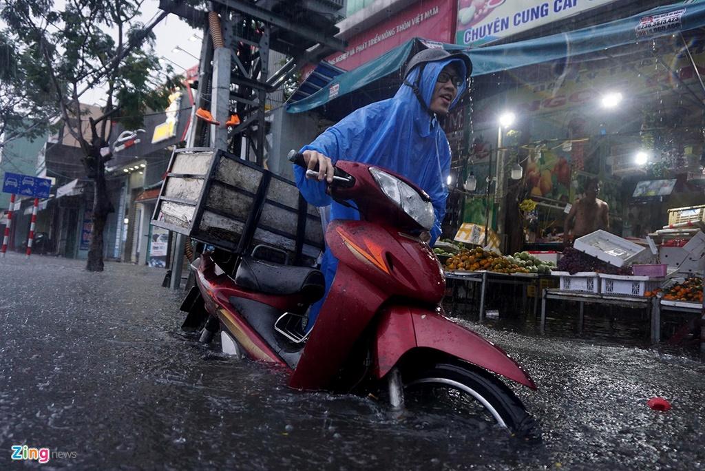 Đà Nẵng mênh mông nước, nhiều tuyến đường ngập nặng – Đô thị