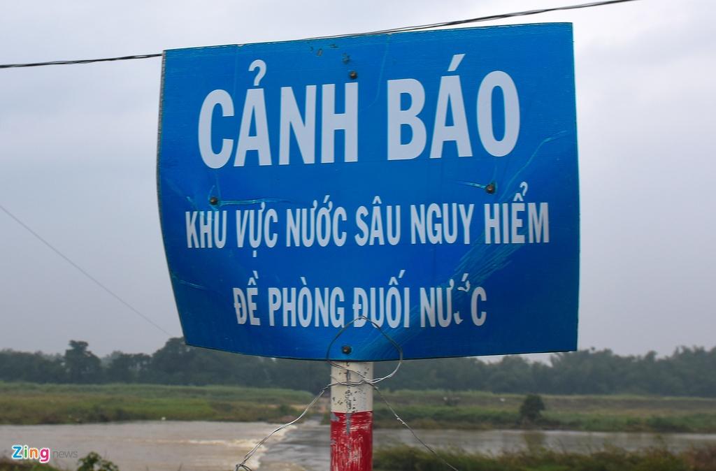 Bat chap lenh cam, nguoi dan Hon Ngoc van thue ghe vuot song hinh anh 3