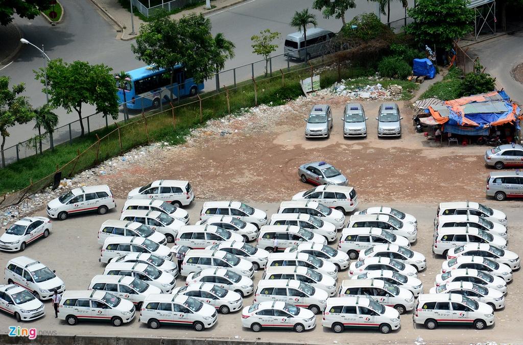 Oto, taxi rong ran ra vao san bay Tan Son Nhat hinh anh 11