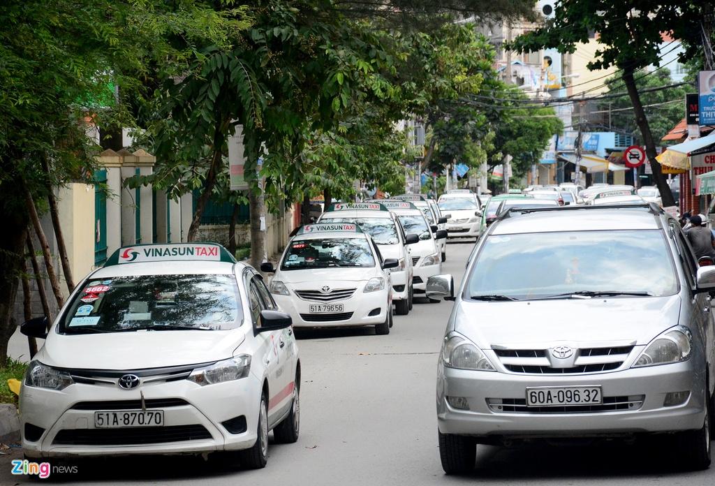 Oto, taxi rong ran ra vao san bay Tan Son Nhat hinh anh 12