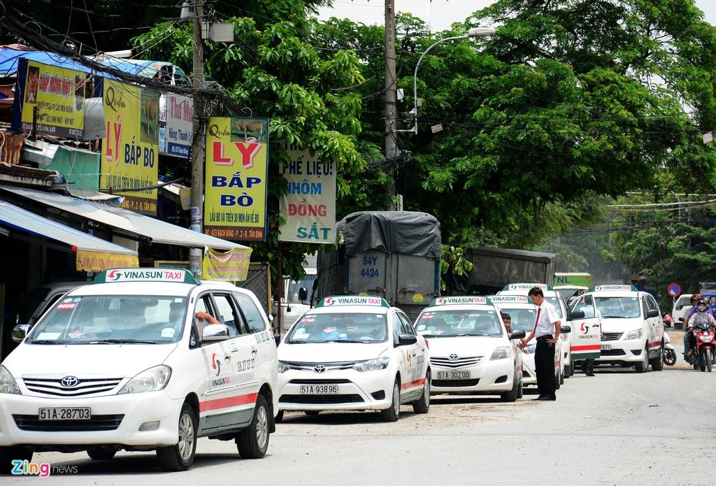 Oto, taxi rong ran ra vao san bay Tan Son Nhat hinh anh 13