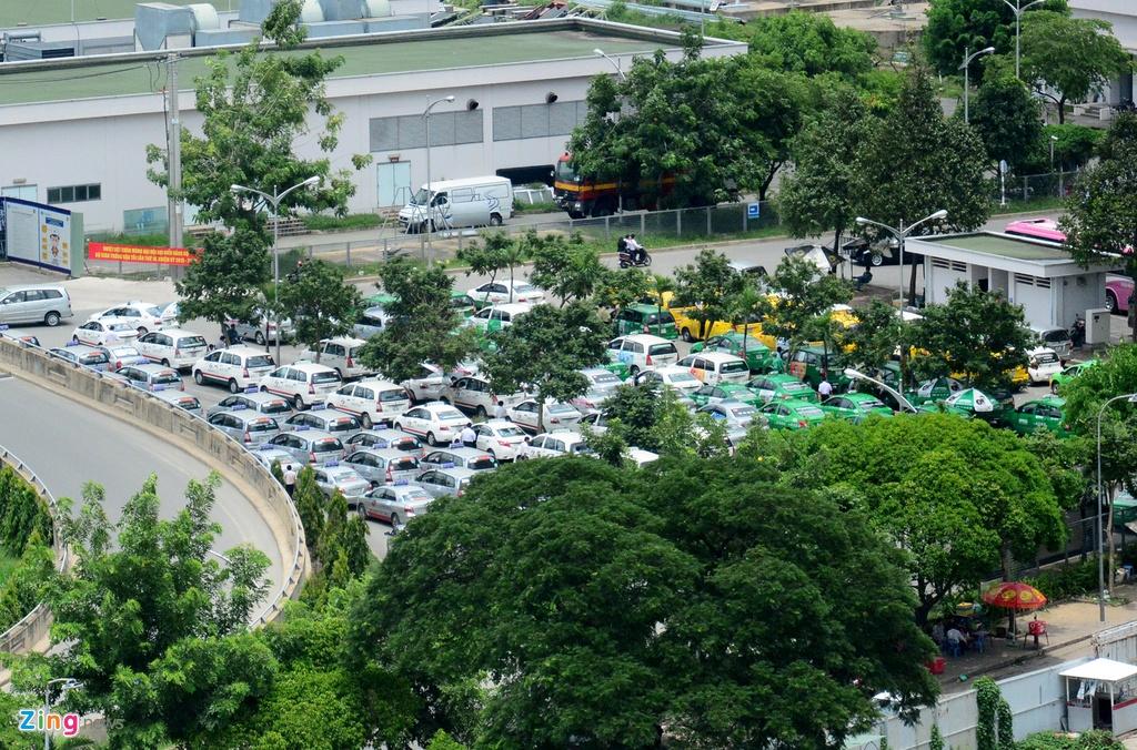 Oto, taxi rong ran ra vao san bay Tan Son Nhat hinh anh 2