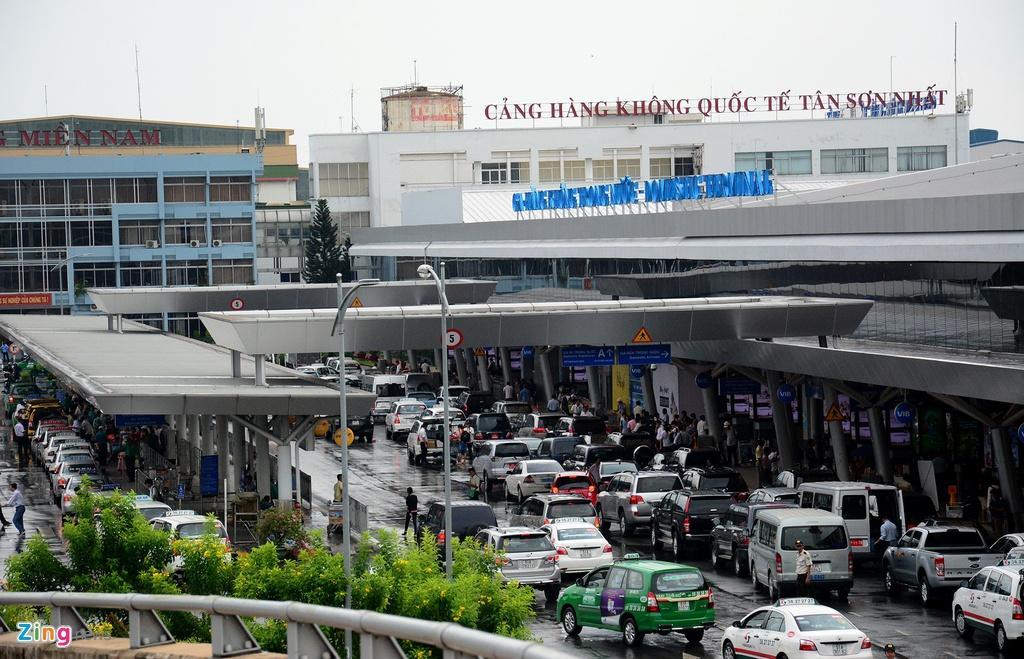 Oto, taxi rong ran ra vao san bay Tan Son Nhat hinh anh 3