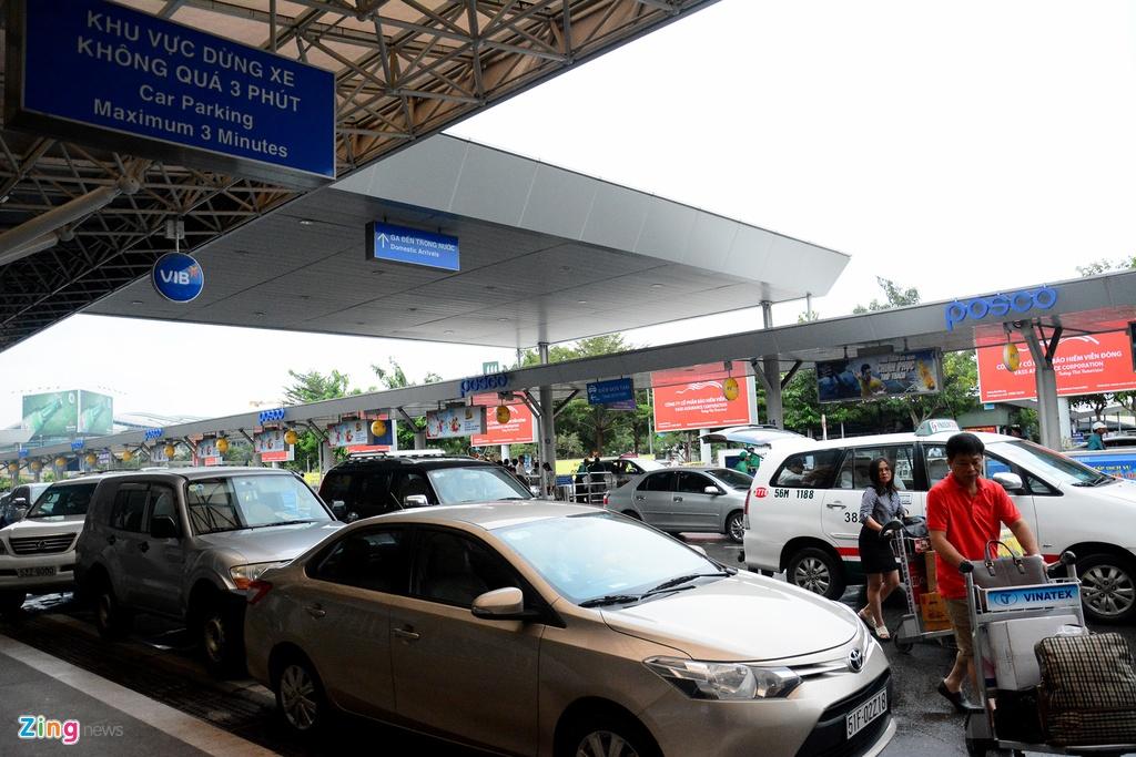 Oto, taxi rong ran ra vao san bay Tan Son Nhat hinh anh 5