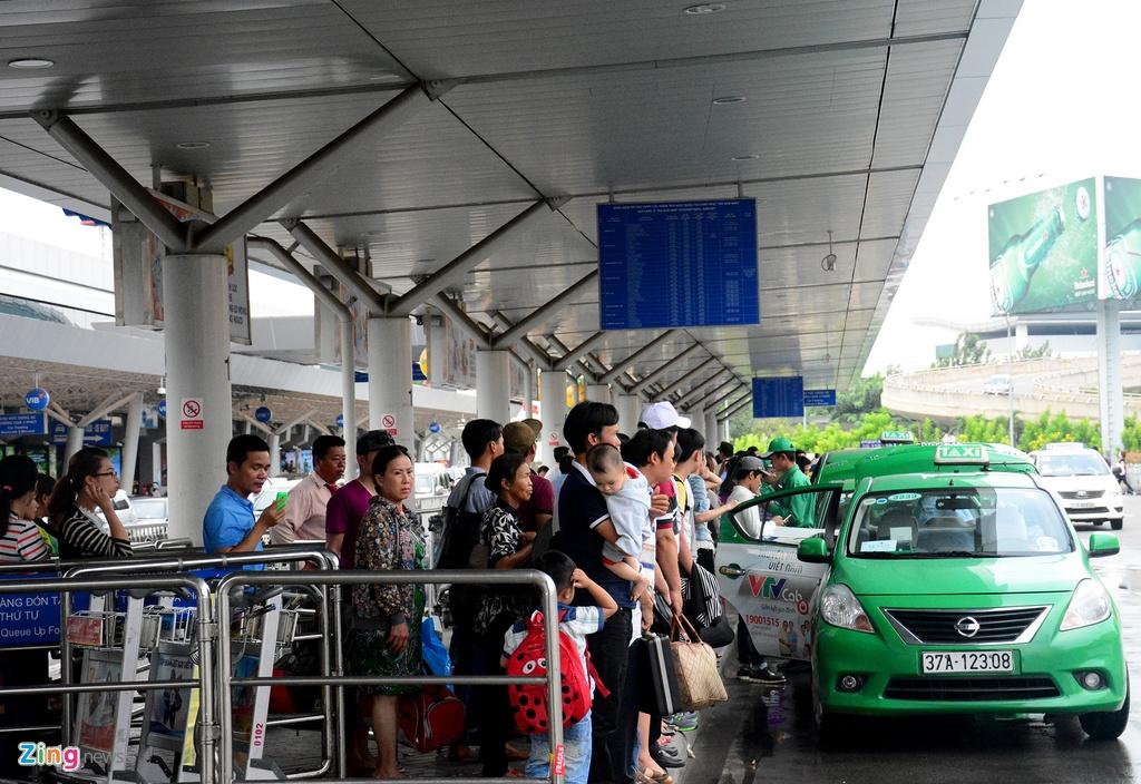 Oto, taxi rong ran ra vao san bay Tan Son Nhat hinh anh 6