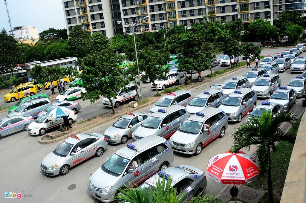 Oto, taxi rong ran ra vao san bay Tan Son Nhat hinh anh 8