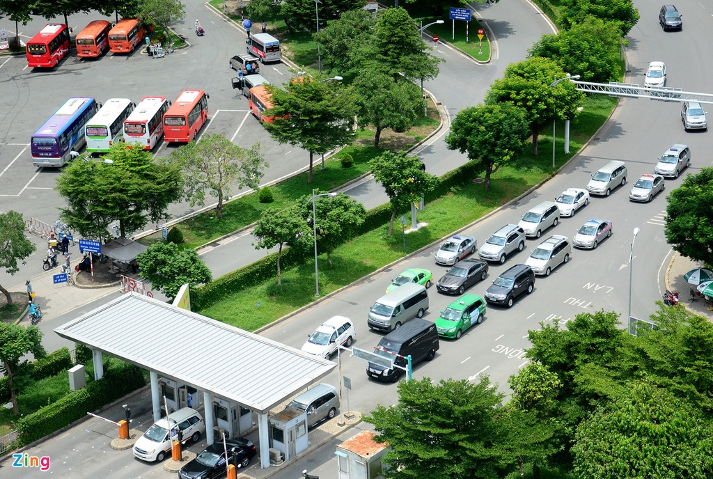 Oto, taxi rong ran ra vao san bay Tan Son Nhat hinh anh 9