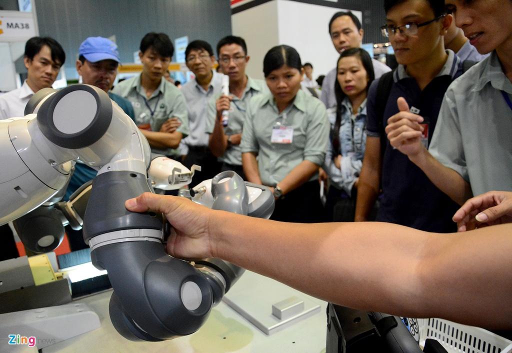 Robot biet lam viec voi nguoi den Viet Nam hinh anh 16