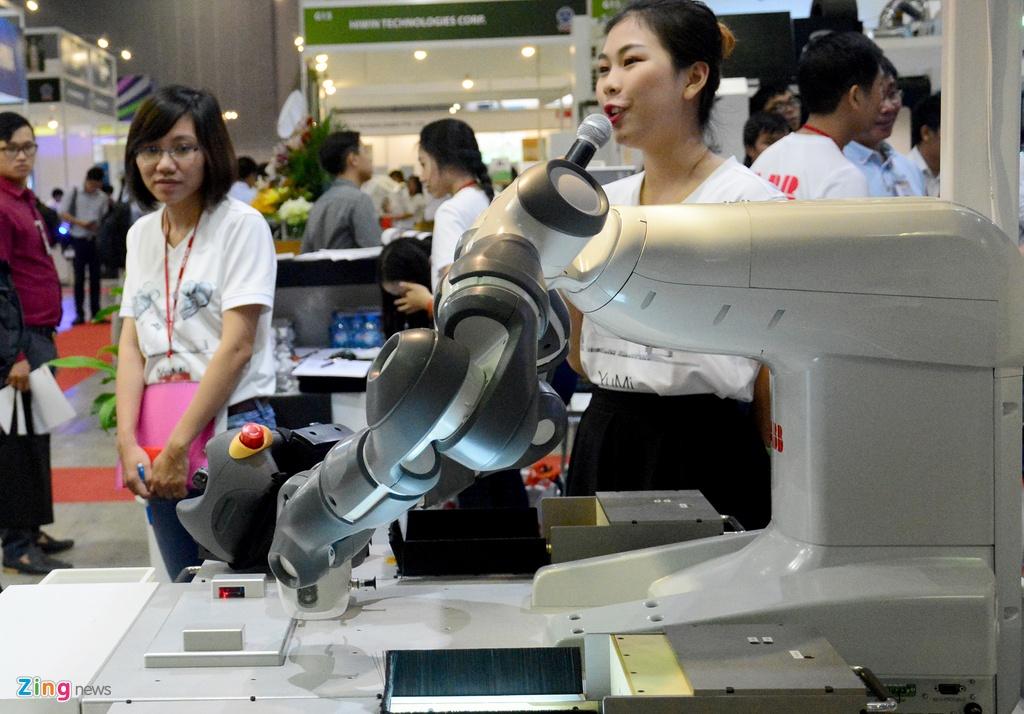 Robot biet lam viec voi nguoi den Viet Nam hinh anh 3