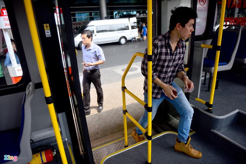 Can canh xe buyt 5 sao tren duong pho Sai Gon hinh anh 6