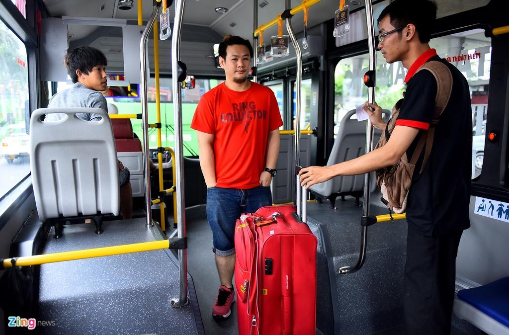 Can canh xe buyt 5 sao tren duong pho Sai Gon hinh anh 7
