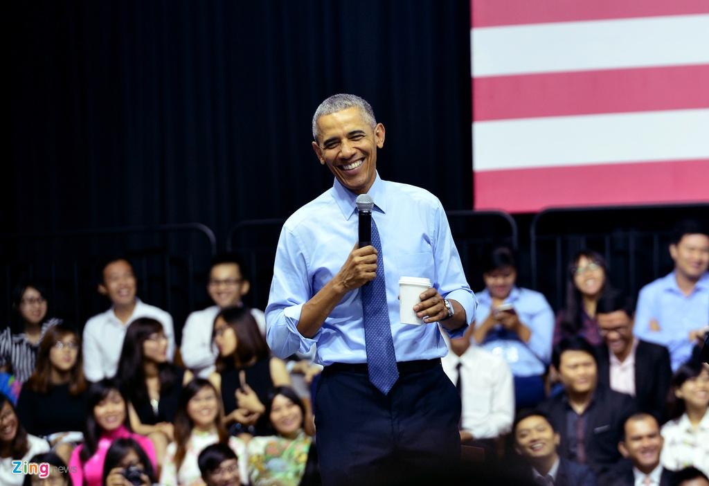 Obama coi ao vest, xan tay ao tro chuyen cung ban tre Viet hinh anh 10