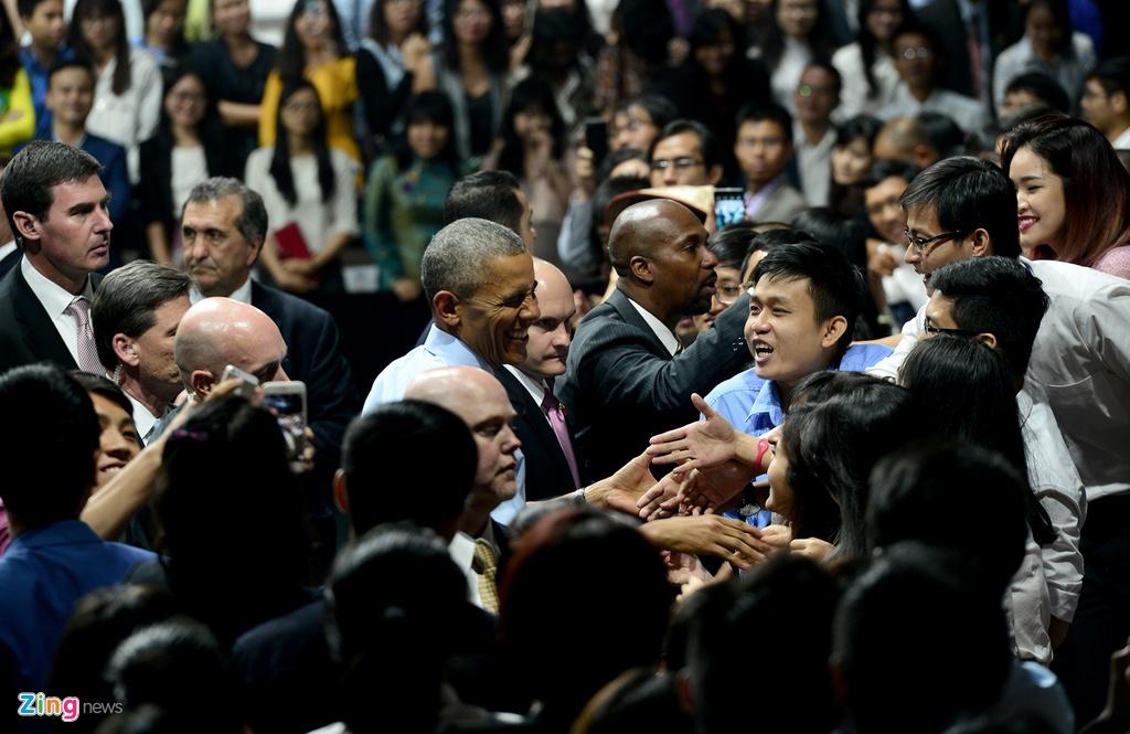 Obama coi ao vest, xan tay ao tro chuyen cung ban tre Viet hinh anh 16