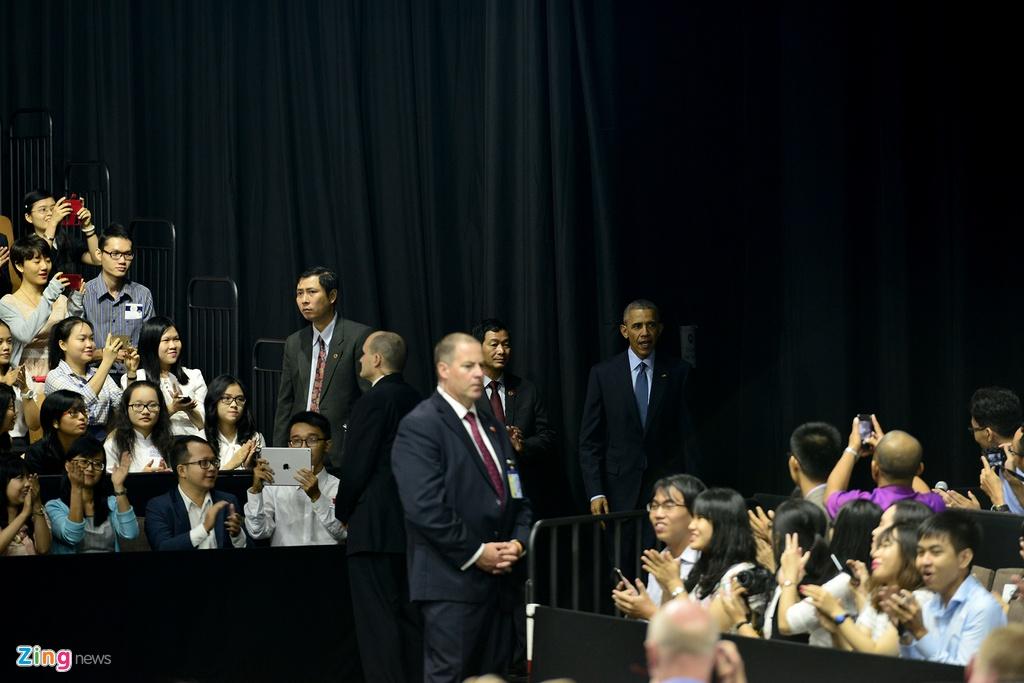 Obama coi ao vest, xan tay ao tro chuyen cung ban tre Viet hinh anh 3