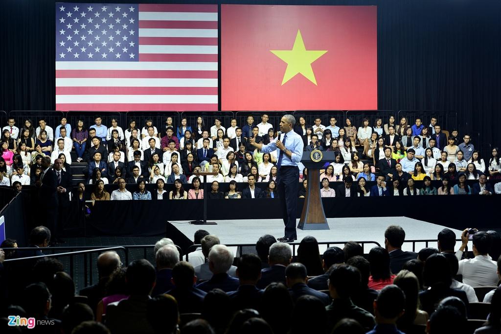 Obama coi ao vest, xan tay ao tro chuyen cung ban tre Viet hinh anh 6