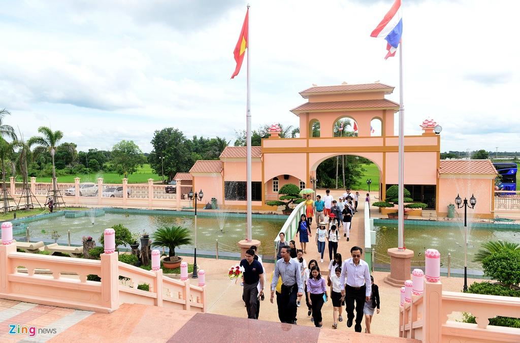 Sinh vien Viet Nam tham lang huu nghi Viet - Thai hinh anh 1