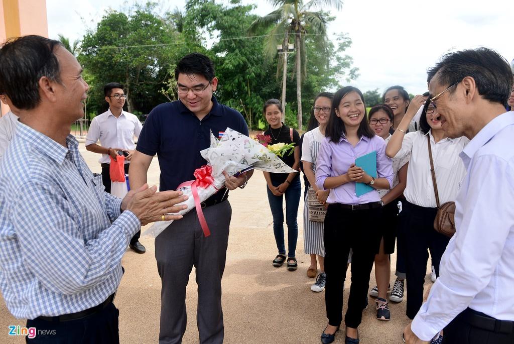 Sinh vien Viet Nam tham lang huu nghi Viet - Thai hinh anh 2