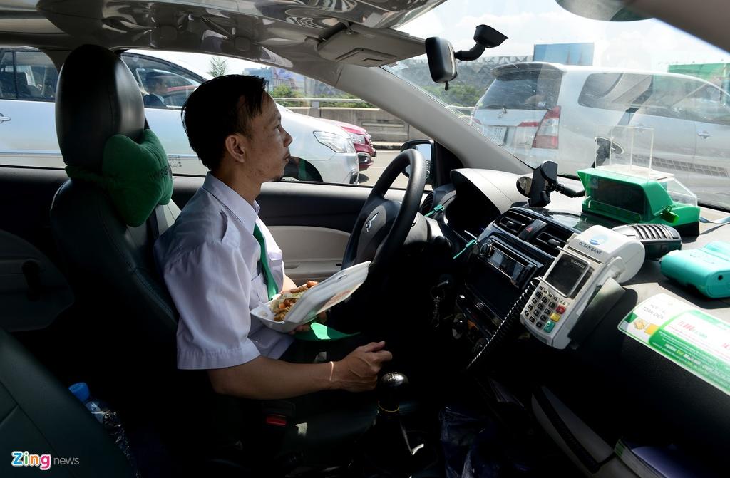 San bay Tan Son Nhat lai ket xe nghiem trong hinh anh 11