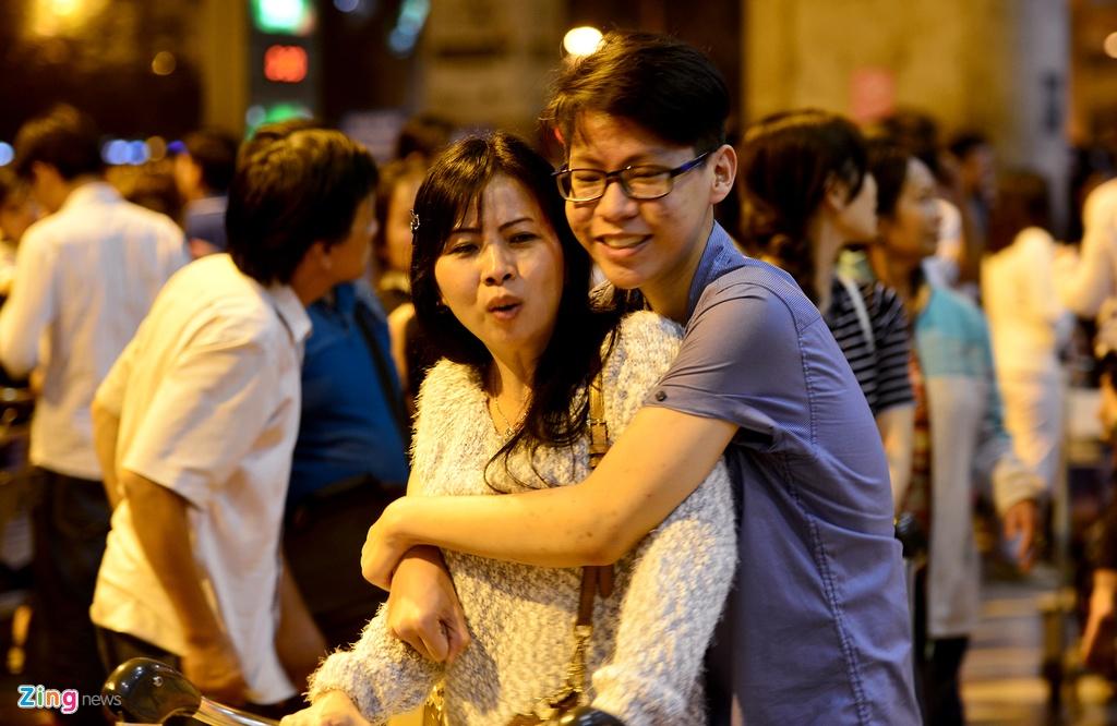 Giua dem, Tan Son Nhat van ngap nguoi don Viet kieu ve Tet hinh anh 13