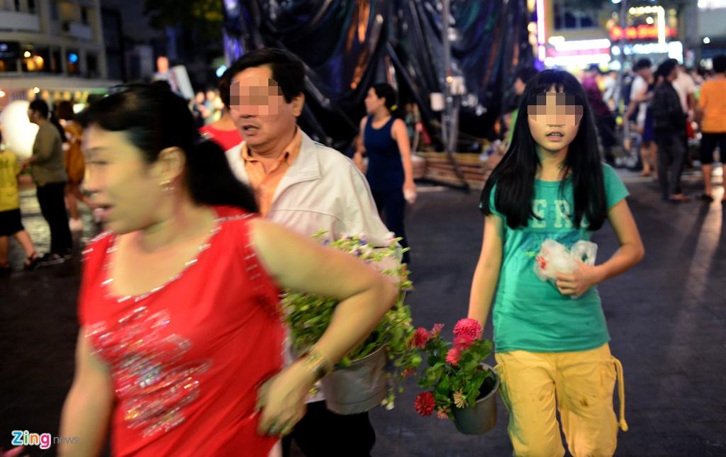 Vuot rao vao 'mot' hoa o pho di bo Nguyen Hue dem be mac hinh anh 8