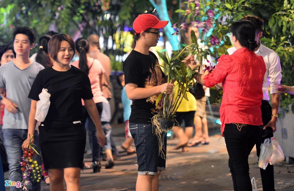 Vuot rao vao 'mot' hoa o pho di bo Nguyen Hue dem be mac hinh anh 12