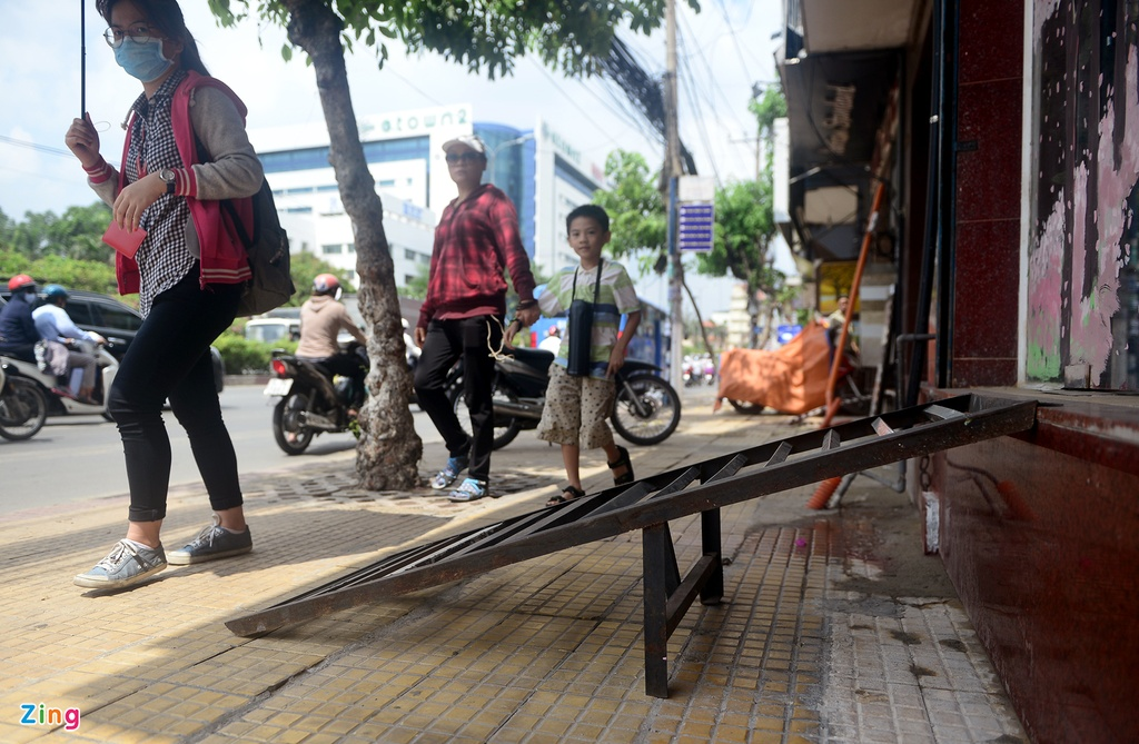 Cau dat xe banh truong tren via he Sai Gon hinh anh 3