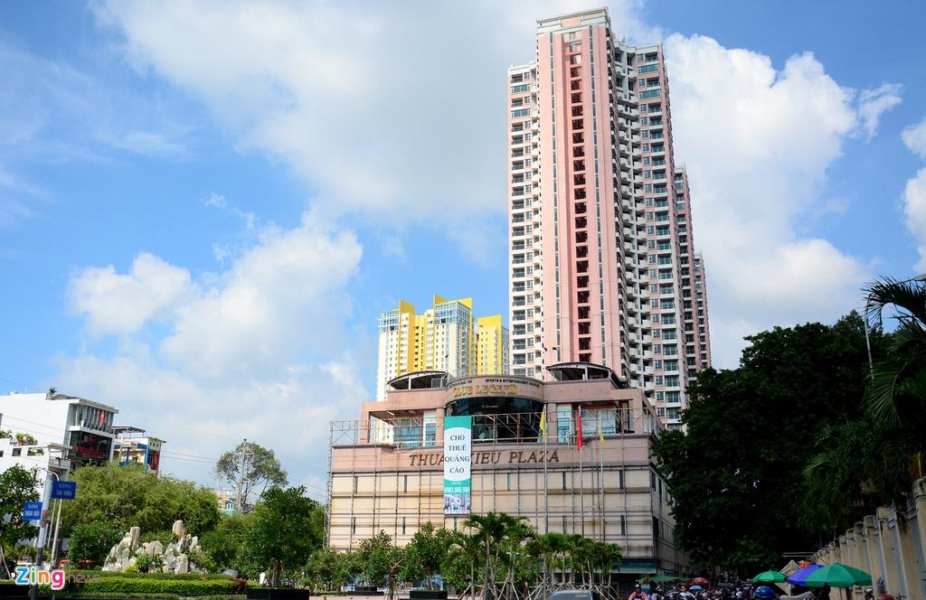 Thuan Kieu Plaza bat ngo 'doi ao' tu hong sang xanh la hinh anh 3