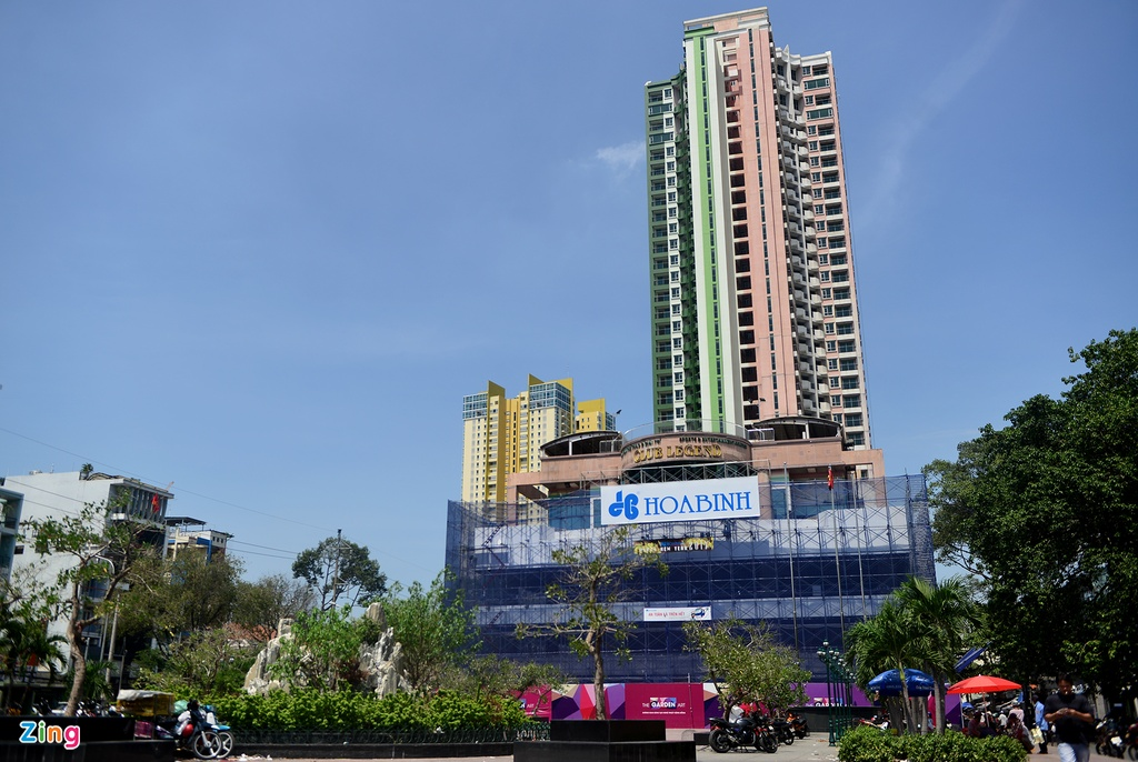 Thuan Kieu Plaza bat ngo 'doi ao' tu hong sang xanh la hinh anh 4