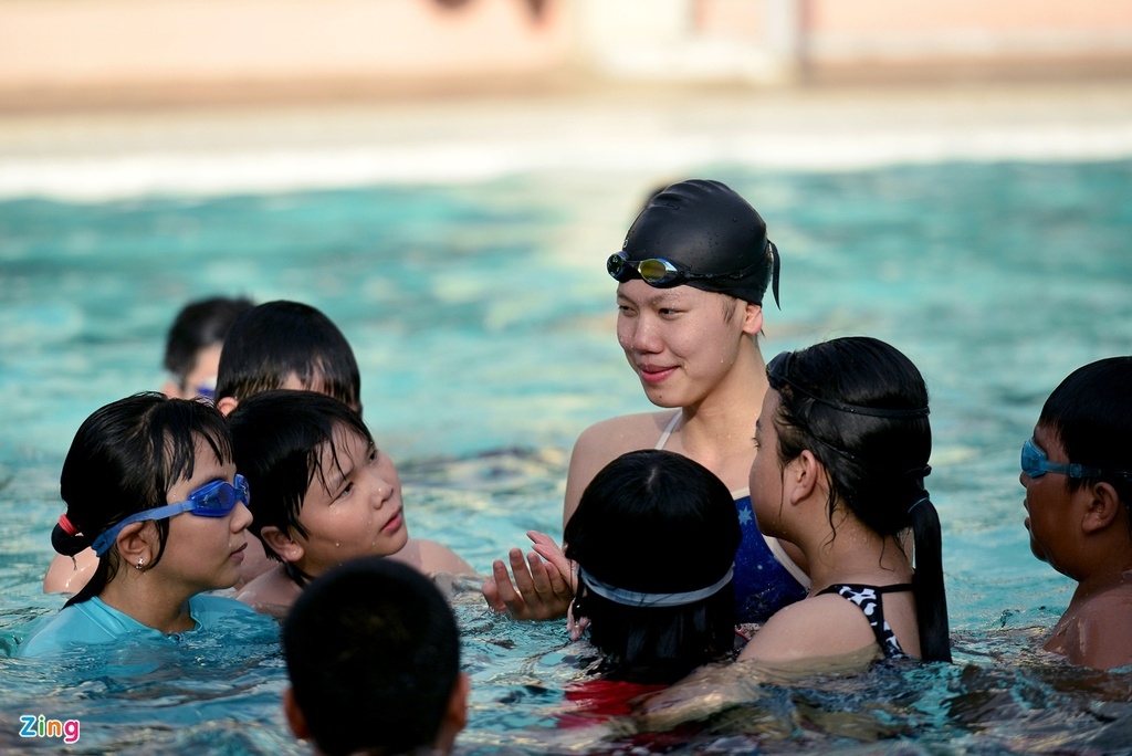 Anh Vien huong dan ky nang boi cho tre em Sai Gon hinh anh 7