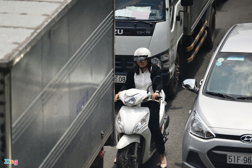 Hang nghin xe ket cung suot 5 gio o san bay Tan Son Nhat hinh anh 5