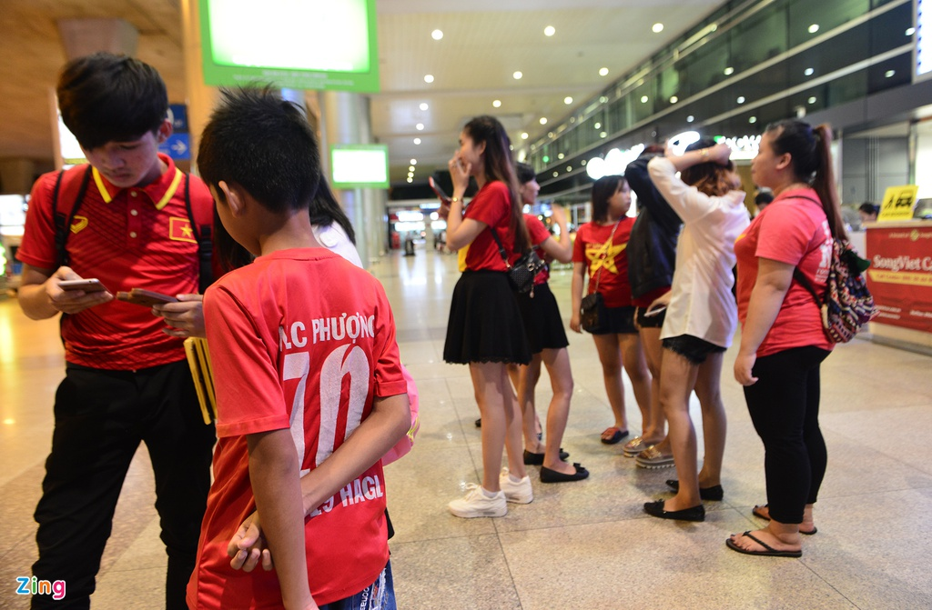 U22 Viet Nam lang le tro ve o san bay Tan Son Nhat hinh anh 1