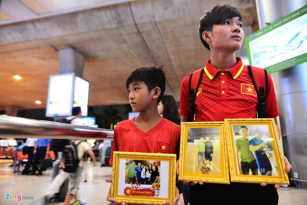 U22 Viet Nam lang le tro ve o san bay Tan Son Nhat hinh anh 2