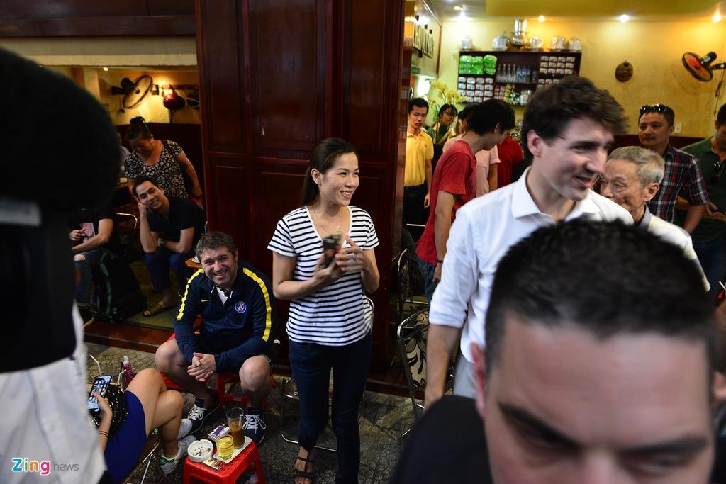 Thu tuong Trudeau ngoi ca phe via he Sai Gon hinh anh 13