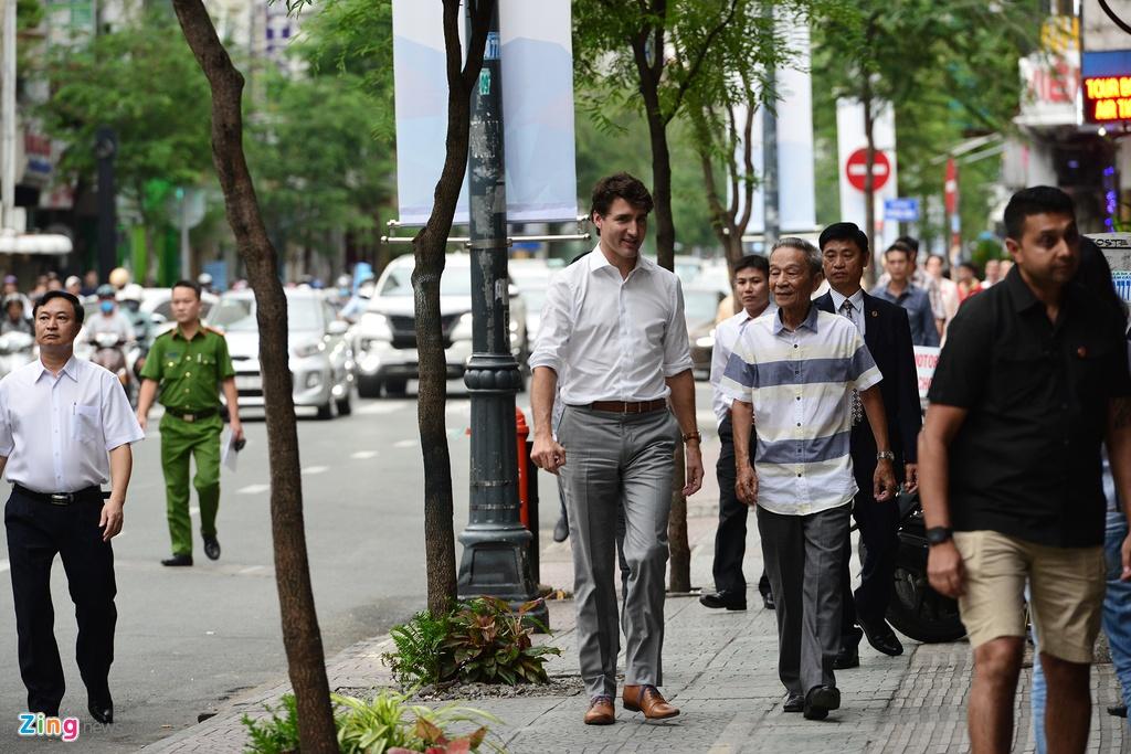 Thu tuong Trudeau ngoi ca phe via he Sai Gon hinh anh 1