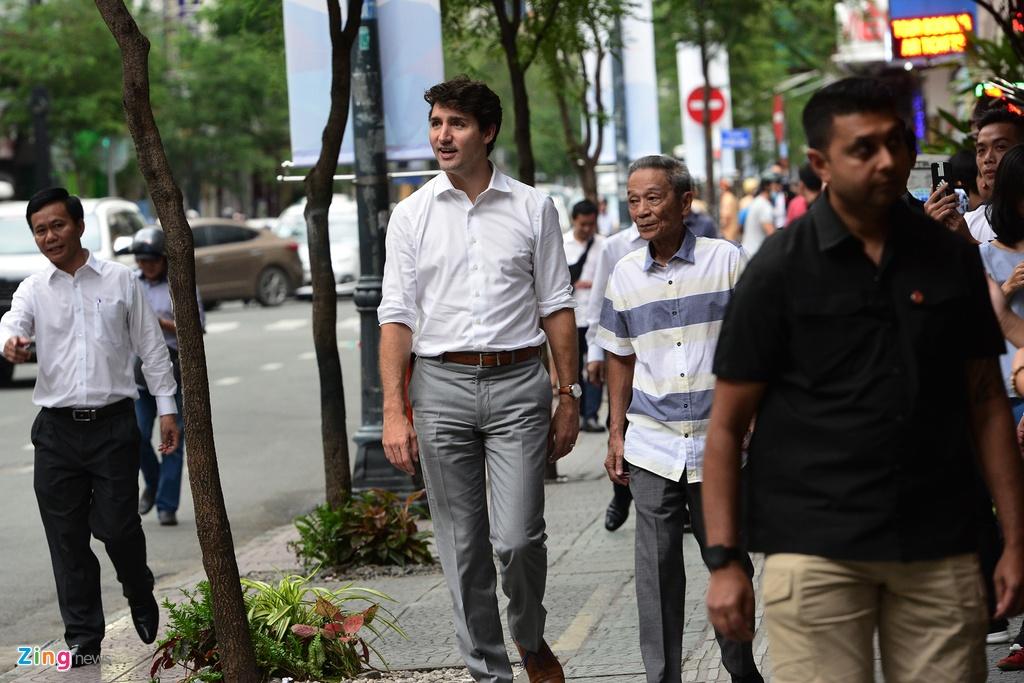 Thu tuong Trudeau ngoi ca phe via he Sai Gon hinh anh 2
