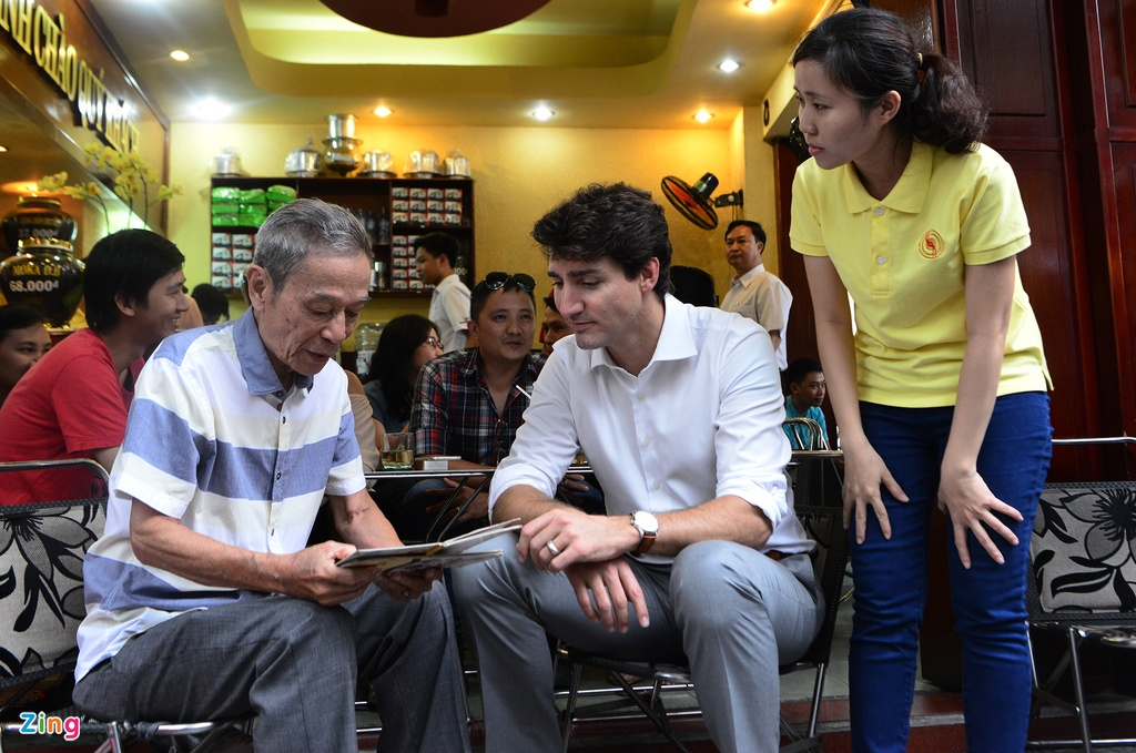 Thu tuong Trudeau ngoi ca phe via he Sai Gon hinh anh 3