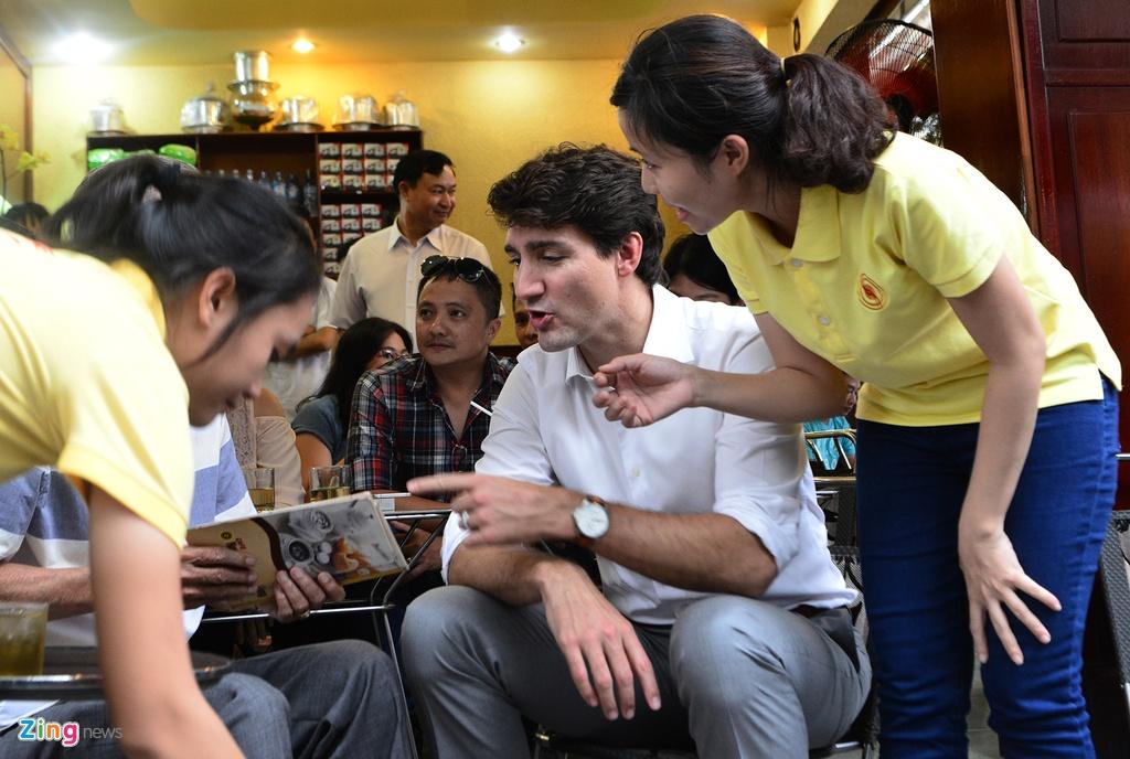 Thu tuong Trudeau ngoi ca phe via he Sai Gon hinh anh 4