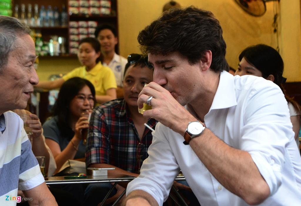 Thu tuong Trudeau ngoi ca phe via he Sai Gon hinh anh 7