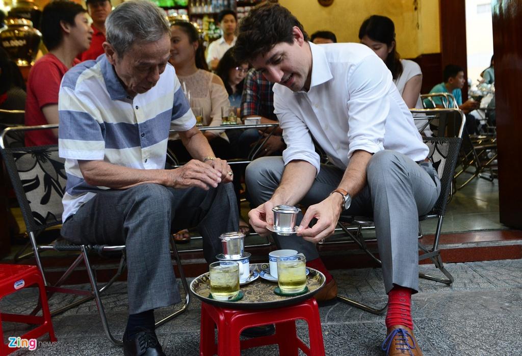 Thu tuong Trudeau ngoi ca phe via he Sai Gon hinh anh 8