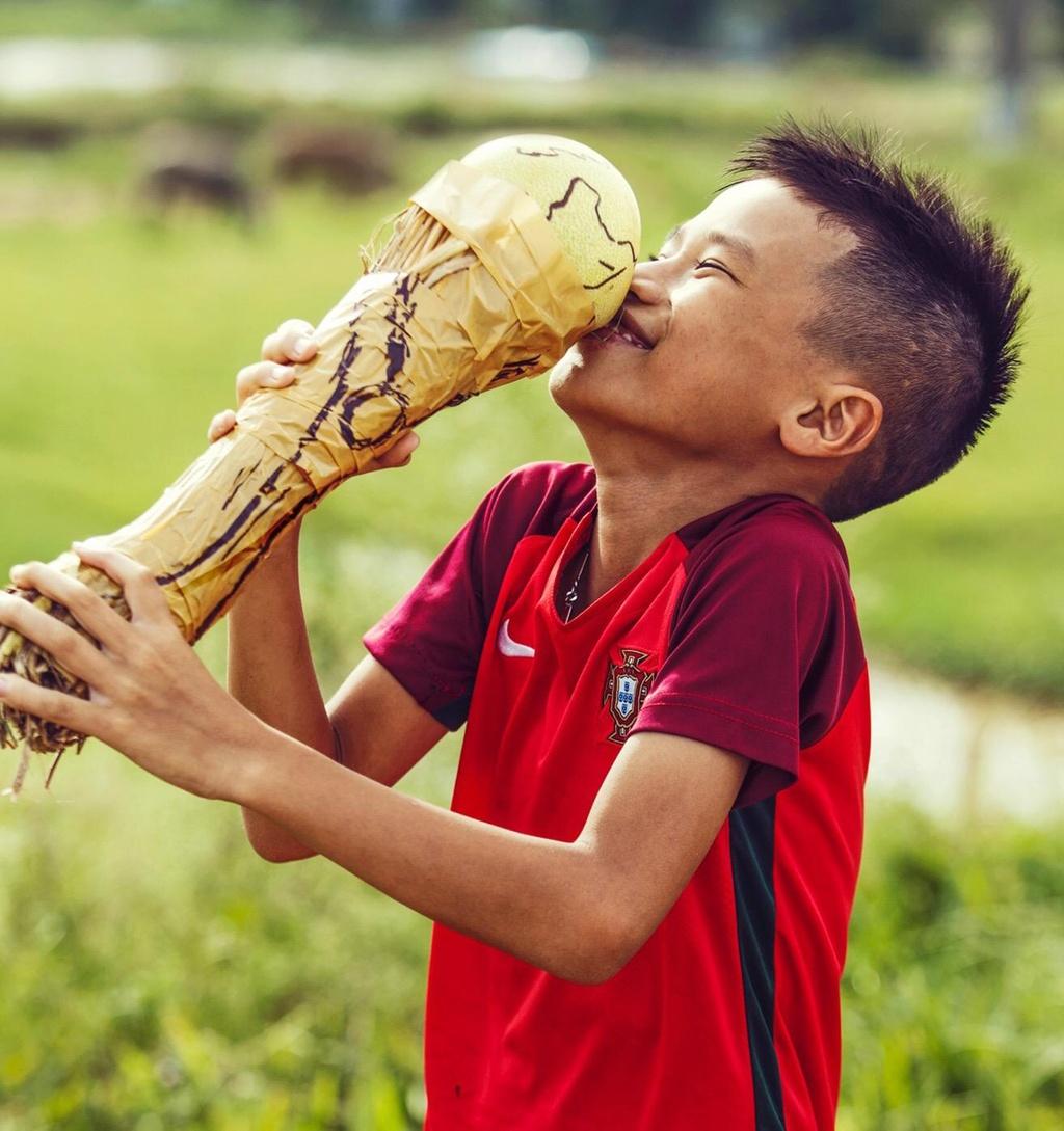 Tre em lam xiec voi trai bong tai cuoc thi anh 'Song cung World Cup' hinh anh 13