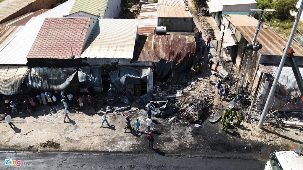 Cảnh tan hoang sau vụ cháy xe bồn chở xăng làm 6 người chết