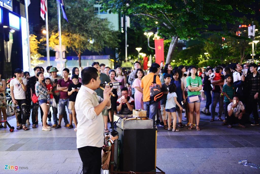 nguoi dan vui choi dip le o pho di bo Nguyen Hue anh 11
