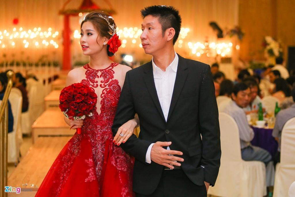 A hau Diem Trang hon chong say dam trong le cuoi hinh anh 11