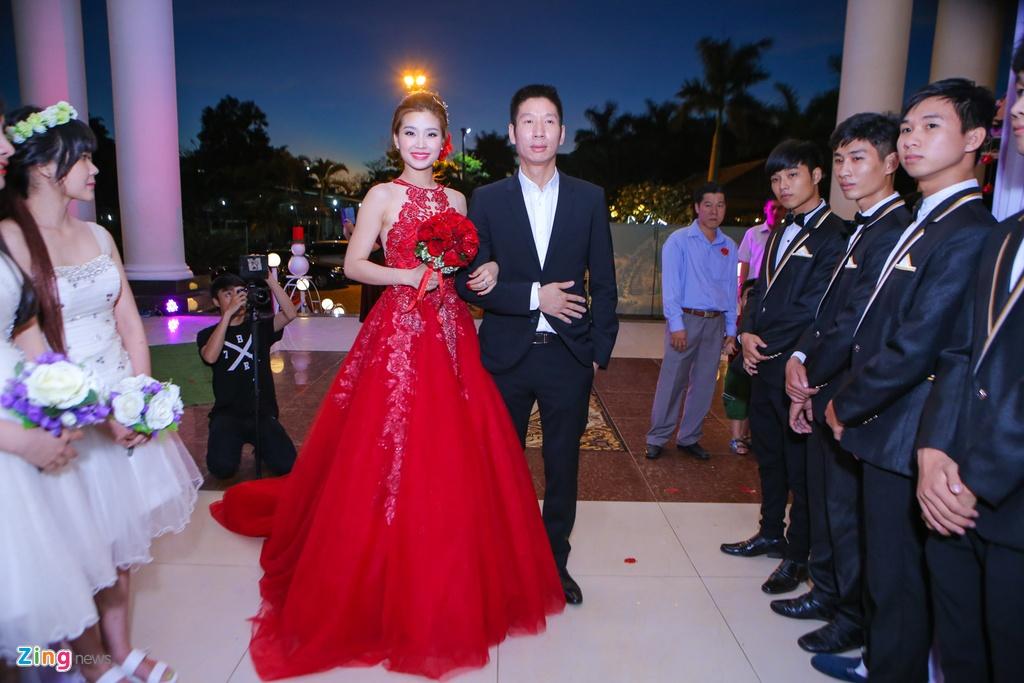 A hau Diem Trang hon chong say dam trong le cuoi hinh anh 5