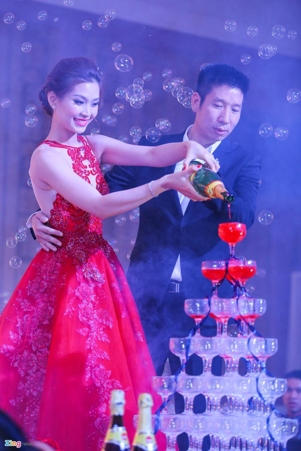 A hau Diem Trang hon chong say dam trong le cuoi hinh anh 8