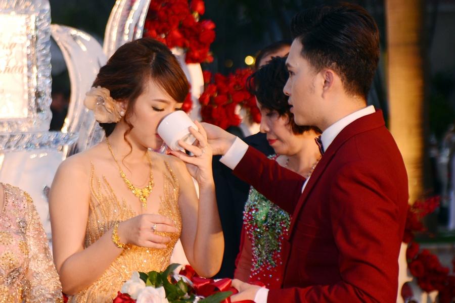 Nam Cuong say dam ben vo trong hon le o Ha Noi hinh anh 5