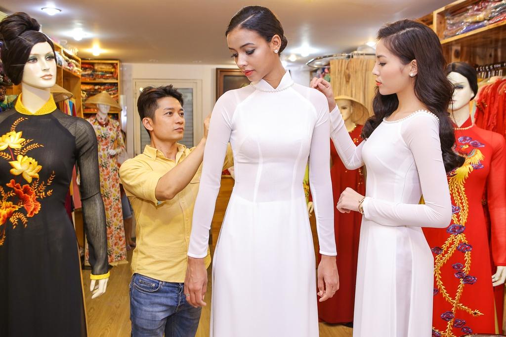 A hau Hoan vu 2015 dien ao dai trang dao pho Sai thanh hinh anh 1